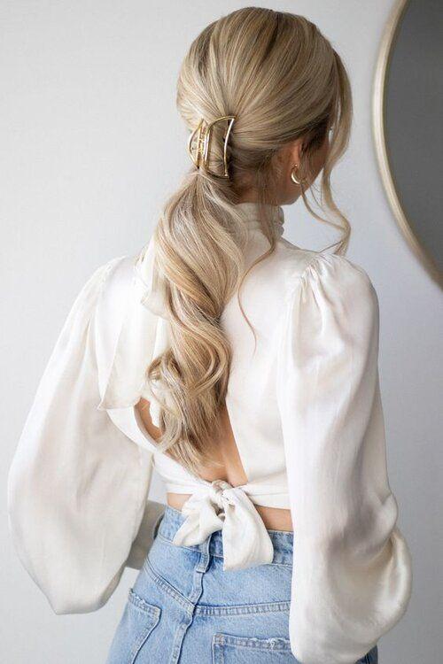 Długie blond włosy z kitką